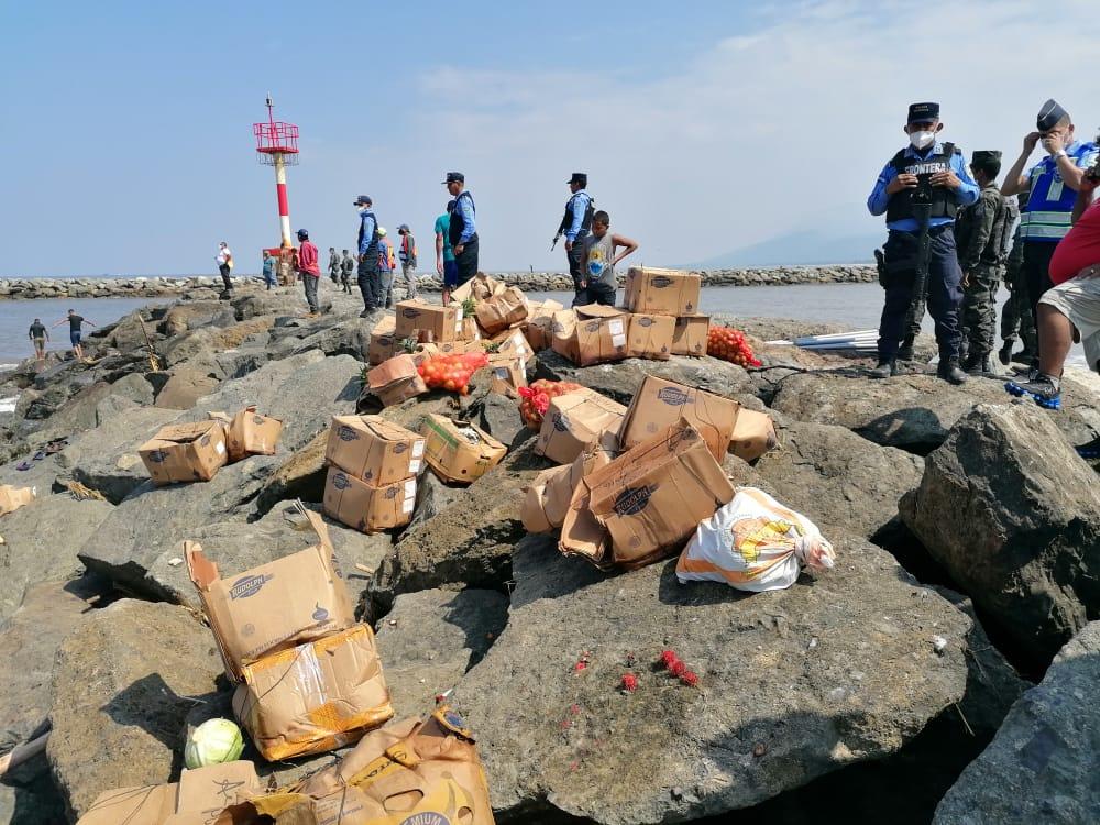 Policía Nacional detiene a siete personas y decomisa parte de mercadería robada en embarcación encallada en Muelle