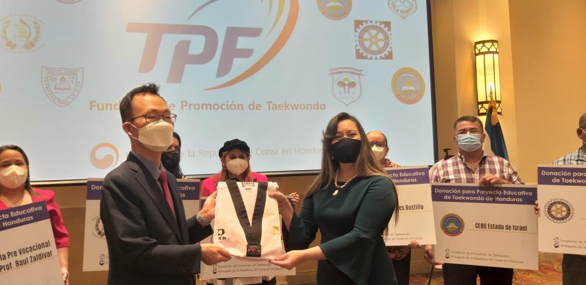 Educación recibe donación del Gobierno de Corea que incluye indumentaria de Taekwondo y mascarillas