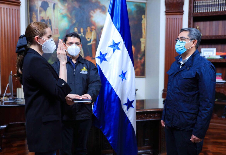 Presidente Hernández juramenta a María Andrea Matamoros como ministra de la nueva Secretaría de Transparencia