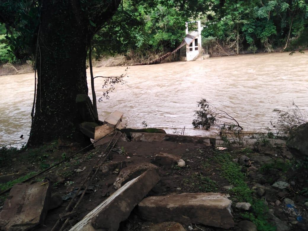 Ejecutivo evalúa daños del puente vehicular colgante en Ojos de Agua