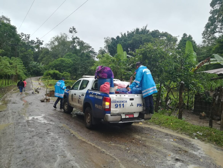 Agentes policiales continúan realizando labores de ayuda a los afectados por el huracán Eta
