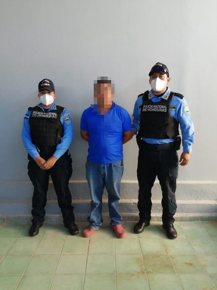 Agentes policiales mediante orden judicial capturan a sujeto por vincularlo a varios delitos
