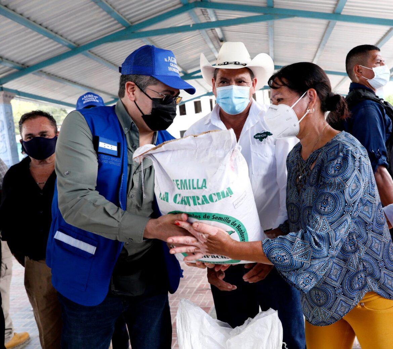 Presidente Hernández entrega beneficios en La Iguala (Lempira): 100 productores reciben Bono de Solidaridad para mejorar sus cosechas y condiciones de vida