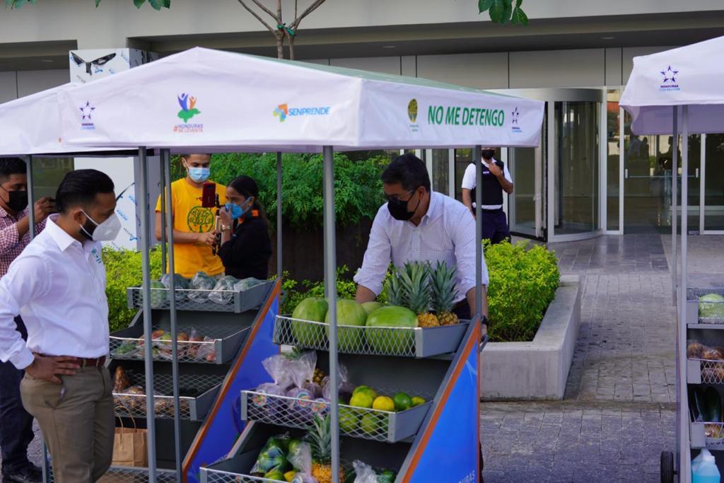 Presidente Hernández entrega vehículos para venta de productos a primeros 35 beneficiarios del programa No Me Detengo