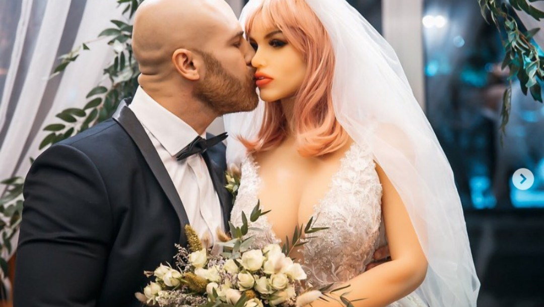 Hombre se casa con muñeca sexual tras 18 meses de noviazgo