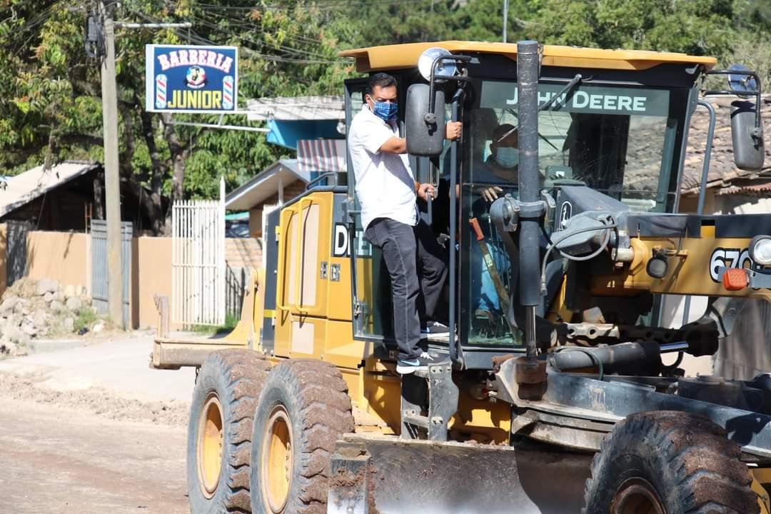 Alcalde Juan Carlos Morales supervisa la culminación del proyecto de alcantarillado en la Col. Mata, como la reparación y mantenimiento de un kilómetro de la red vial no pavimentada que conduce a este importante sector.