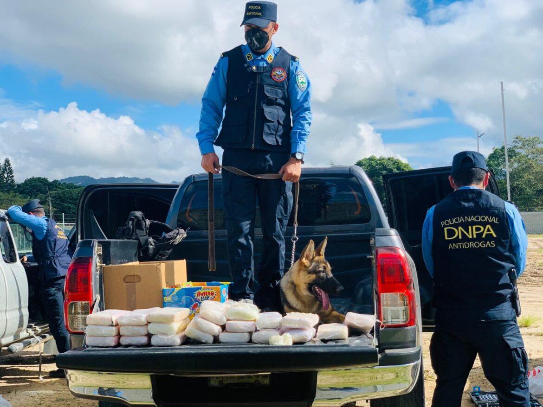 Policía Nacional realiza decomiso de 21 paquetes de supuesta droga que se transportaba en vehículos