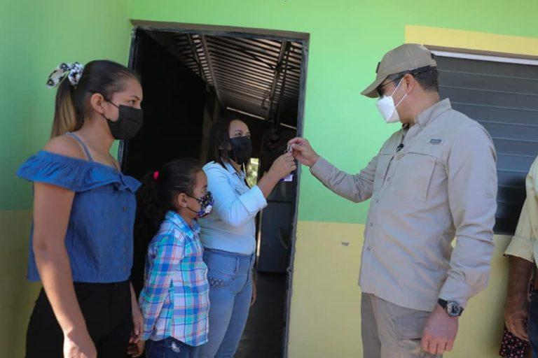 Presidente Hernández cambia la vida de 30 familias que vivían en extrema pobreza en Morolica, al entregarles viviendas dignas