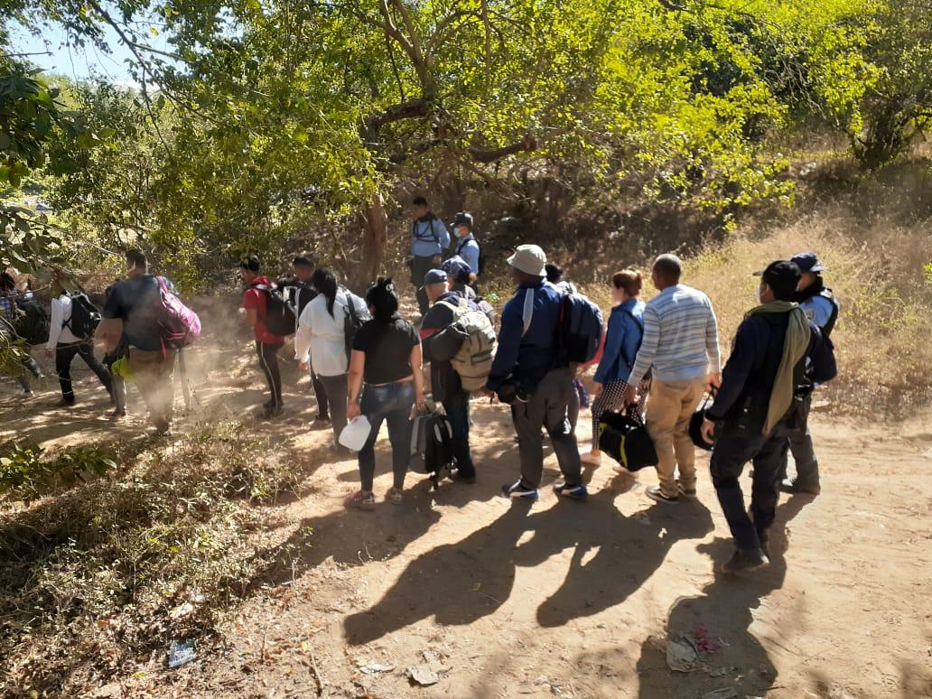 Agentes policiales requieren a 18 ciudadanos de origen cubano que intentaban cruzar suelo hondureño de manera irregular
