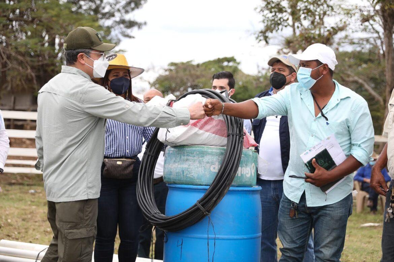 156 productores de Silca reciben sistemas de riego para mejorar sus cosechas