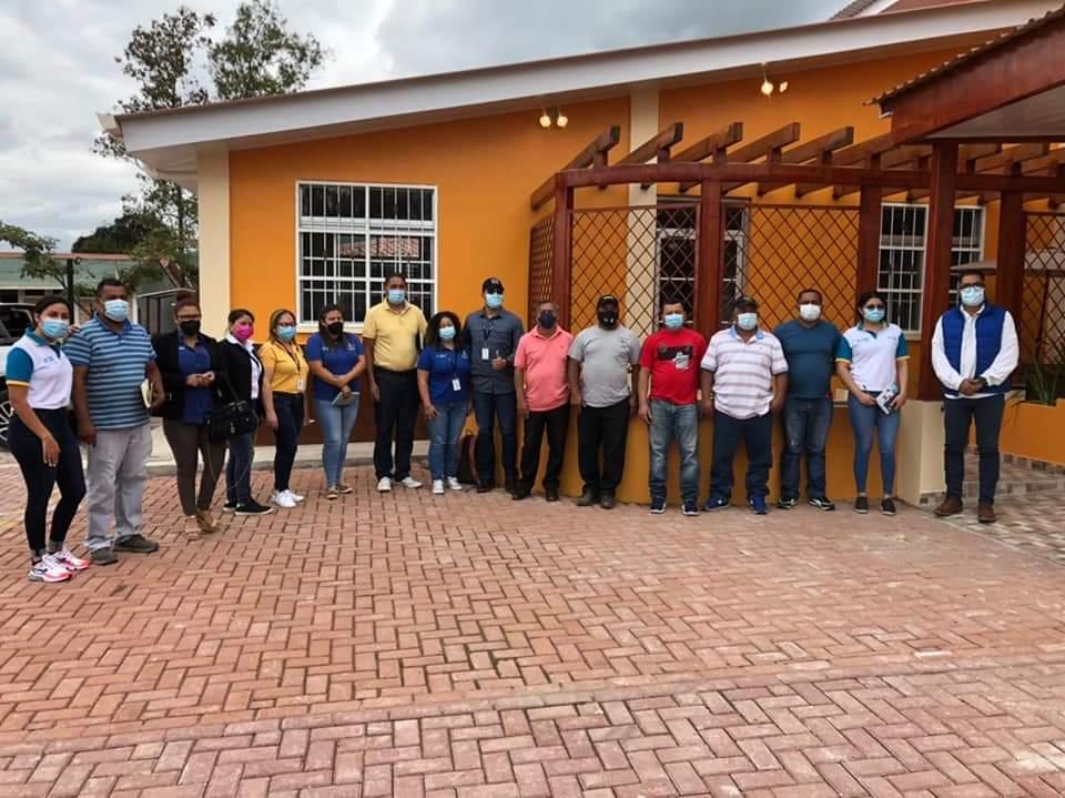 Gobernador departamental de Comayagua, representantes de Crédito Solidario y Senprende se reunieron con artesanos de El Porvenir