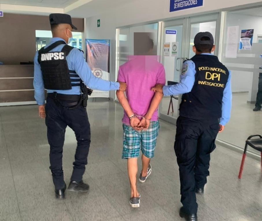 Agentes policiales detienen a sujeto acusado por tráfico ilegal de droga