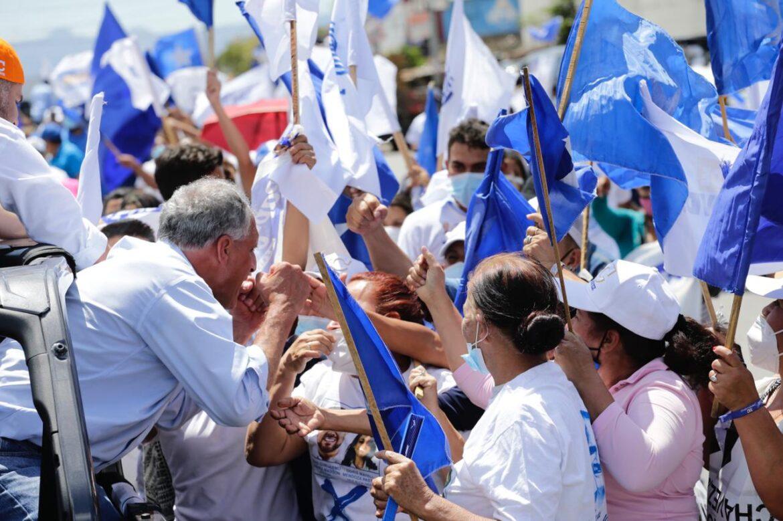 Con multitudinaria caravana Papi a la Orden cierra campaña en la capital