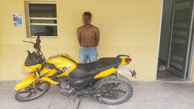 Funcionarios policiales detienen a una persona por suponerlo responsable del delito de hurto y robo
