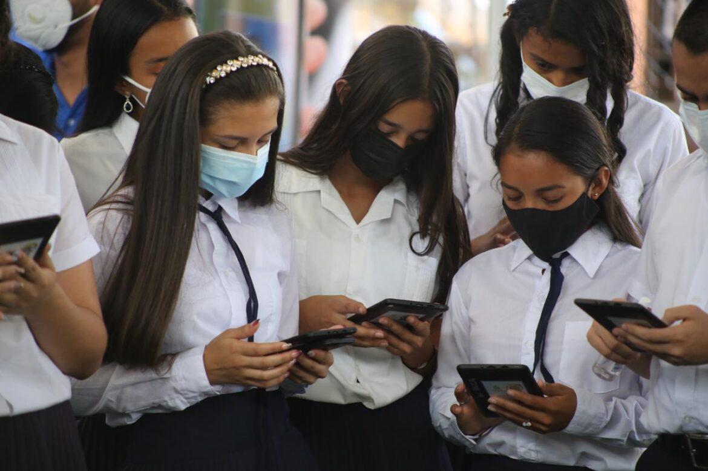 Unos 200 estudiantes de 5 municipios de Copán reciben tabletas electrónicas