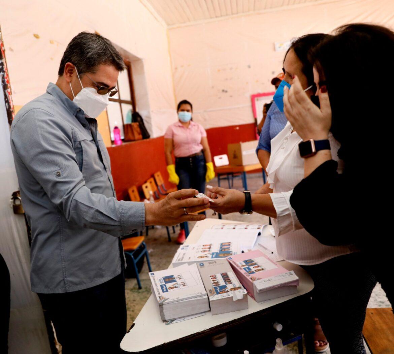 Al ejercer el sufragio en Gracias: Presidente Hernández pide que la población legitime el proceso electoral con una masiva votación
