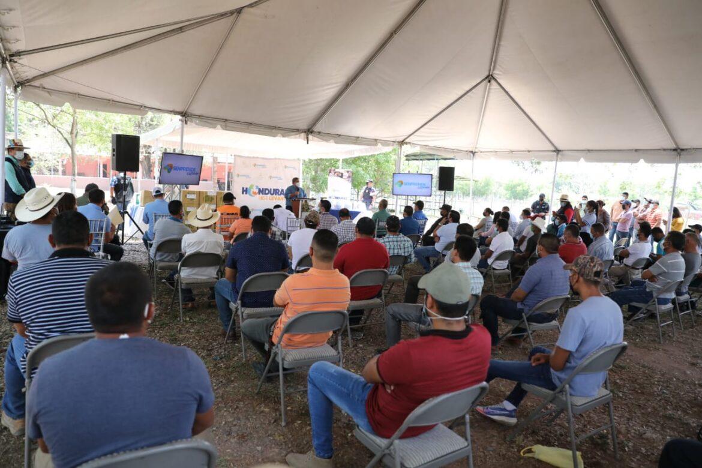 Presidente Hernández entrega ayuda a productores de guayaba de Comayagua