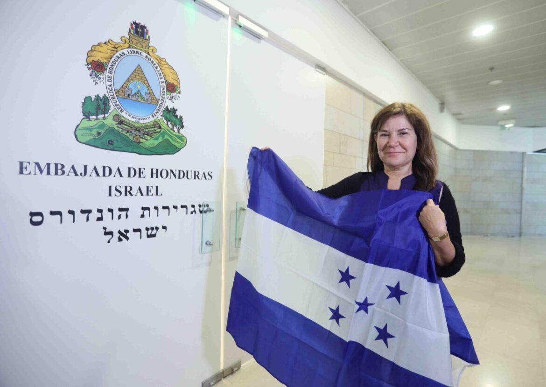 La bandera de Honduras ya flamea en su nueva embajada en Jerusalén