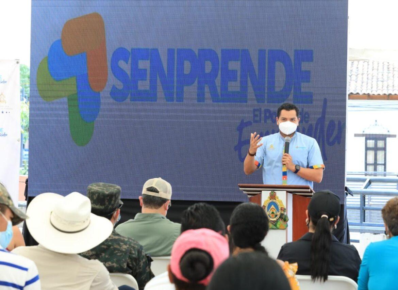 Presidente Hernández entrega financiamiento a emprendedores de Comayagua